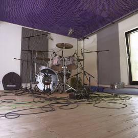 Komplett Renoviert und akustisch Überarbeitet bietet das Tonstudio ideale Voraussetzungen für entspanntes Arbeiten in angenehmer Atmosphäre und auf höchstem Niveau.